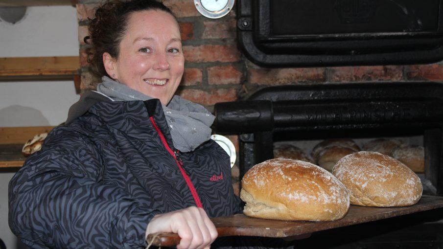 Susi beim Brotbacken.