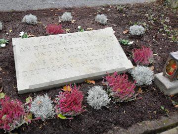 Der Heimatverein Rüthen e.V. möchte mit der Gedenktafel an die Opfer von Flucht und Vertreibung nach dem Zweiten Weltkrieg erinnern