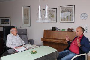 Im Gespräch: Theo Henneböhle (l.) und Hermann Krämer, 1. Vorsitzender des Heimatverein Rüthens.